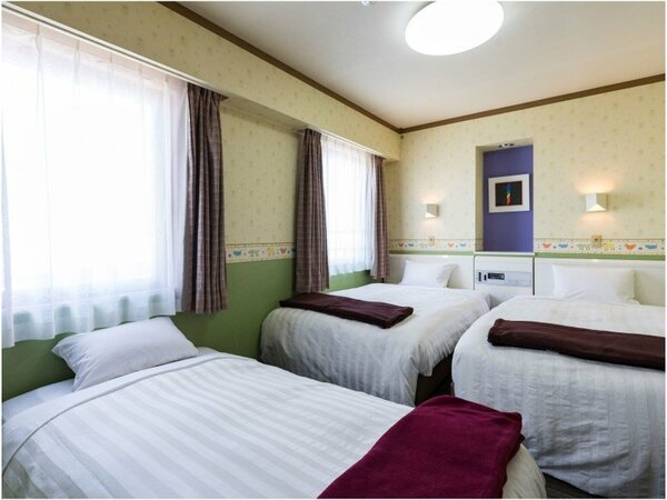 【トリプル一例】 セミダブル(120cm幅)ベッド2台のお部屋に簡易ベッドを1台追加いたします。