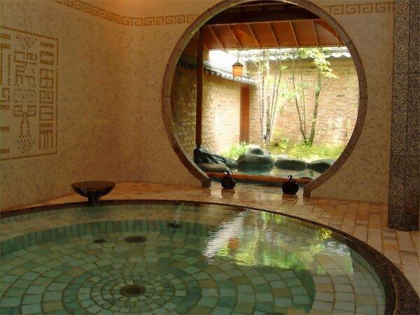 中国の舗地を取り入れた浴室と露天風呂の「福の湯」