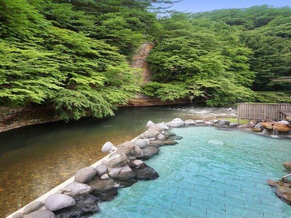 渓流を望む1階「天河の湯」露天風呂※偶数日・奇数日で男女ご利用いただける大浴場が異なります。