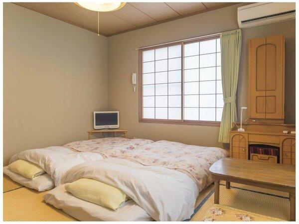「本館」禁煙和室8畳。和室は2部屋(バストイレ無し)・(トイレ付)の2種類です。