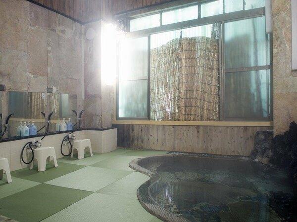 【畳風呂 釜の湯】花巻エリア初の畳敷きの体に優しいお風呂。かけ流しの温泉でお寛ぎ下さい。