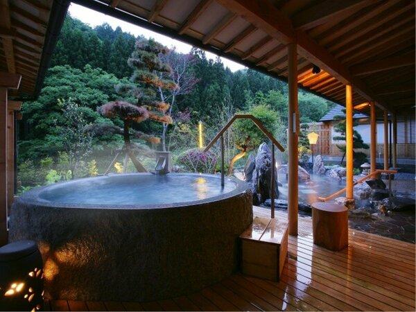 大浴場「喜久の湯」 御影石くり抜き風呂(夜)