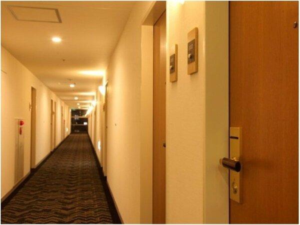 客室廊下。全室オートロックで、フロアの両端には非常口がございます。
