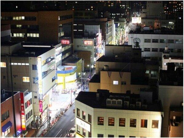 最上階12階「椿山荘」からの夜の眺望。窓の外は地上25メートルの夜景です。