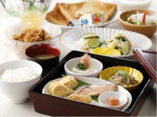 日替わりの無料朝食は御膳でお出し致します。その他お漬物などはご自由にどうぞ