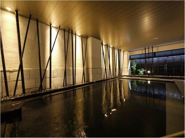 女性大浴場<内風呂>ゆったりとした空間にポイントとして使った木が人の心を和ませます。