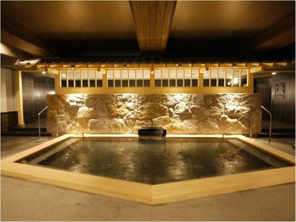 男性大浴場<内湯檜風呂>随所に木を使用し、木のぬくもりを感じさせる和の湯。