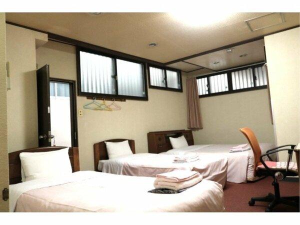 シングルベッドが2台とダブルベッドが1台です。大人4名様でもご利用いただけます。