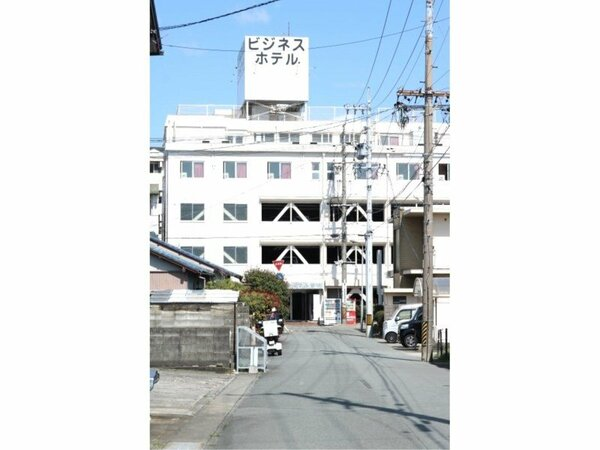 松阪駅から徒歩3分なので観光にもビジネスにも好立地。昭和レトロで今では珍しい造りです。