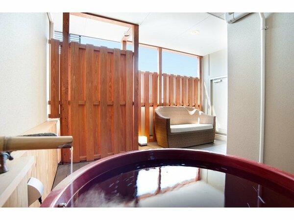 客室露天風呂でのんびりと温泉を楽しんで
