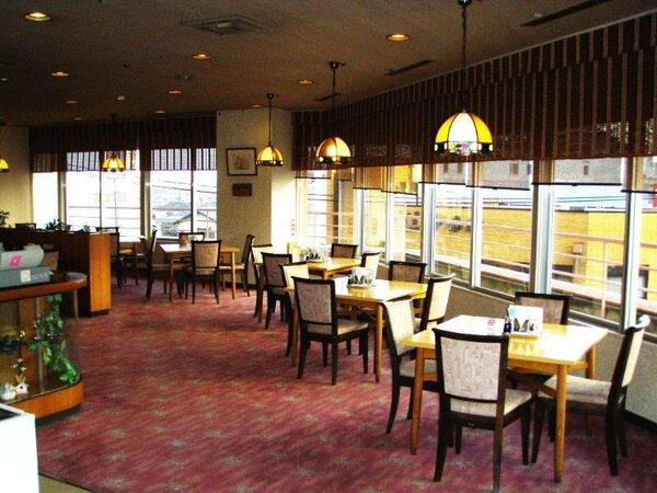 朝食は明るい雰囲気のレストランでどうぞ。和食・洋食からお選びいただけます。