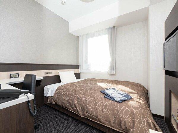 ベッドはワイドなダブルサイズで、羽毛布団をご用意しています。