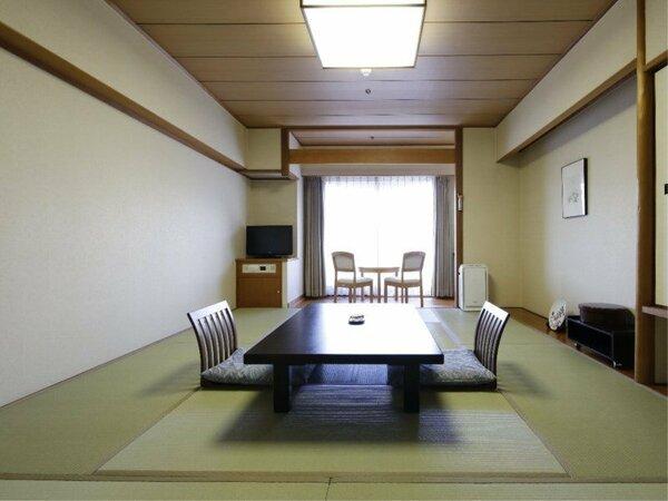 【和室10畳(山側眺望)】和室10畳(山側眺望)のお部屋でございます。ごゆっくりおくつろぎください。