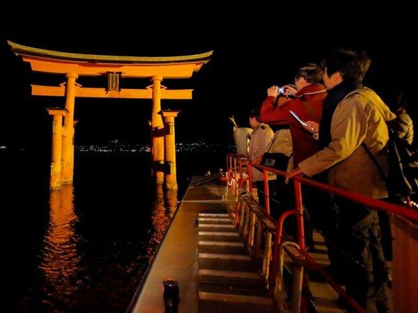 【ナイトクルーズ】ホテル専用桟橋より出発し厳島神社までは約10分で到着☆海上参拝をお楽しみください。