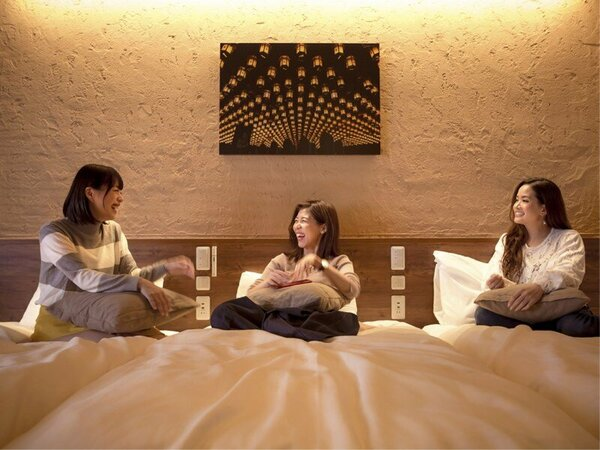【板の間】のお部屋なら、みんなで枕を並べて眠ることも可能です。修学旅行気分で、恋のお話でも…♪