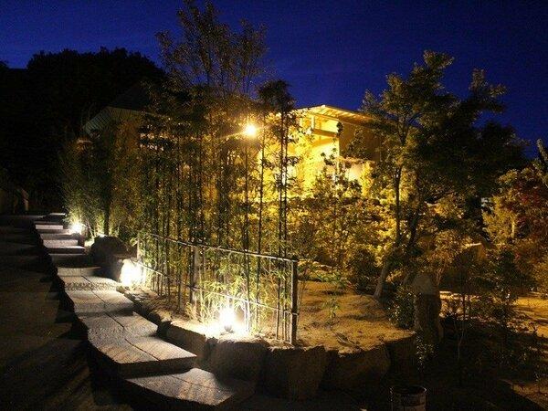 旅籠桜、夜の外観写真でございます。