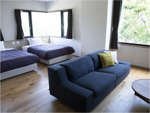 大きめのサイズのベッドと座り心地に特化したソファーでテレビを見ながら日常を忘れて思う存分寛げます。