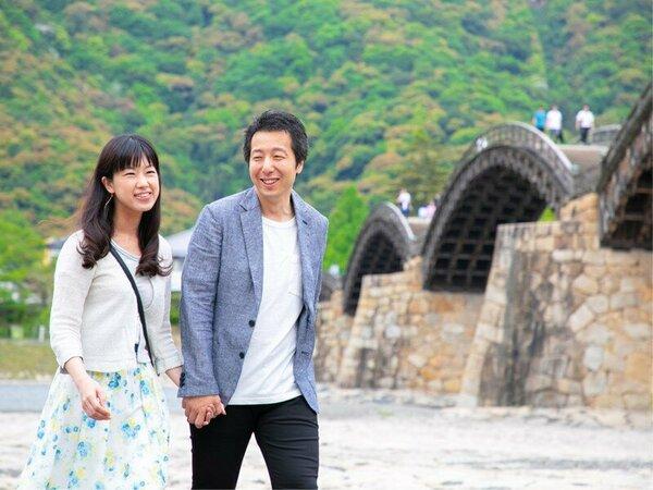 橋の上も橋の下も歩くことができる錦帯橋は、カップルやご家族の『お散歩観光』にも人気です♪