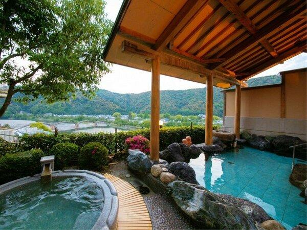 【朝霧の湯】[露天風呂] 錦帯橋を目の前に楽しむ朝の湯あみは、「贅沢」のひとこと。