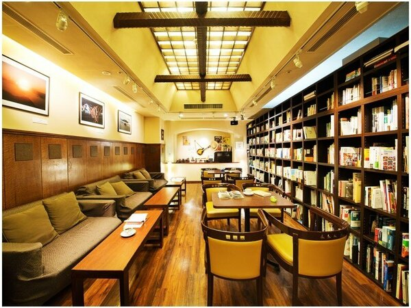 "【Book Cafe】 時計を脱いで、""知の旅""を愉しむ――。そんなひとときはいかがでしょうか?"