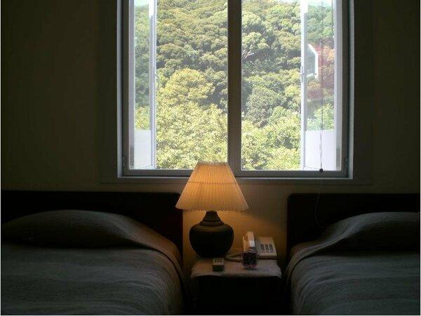 Twin Bed Room(柏村勲海洋画を飾ったシンプルな洋室)