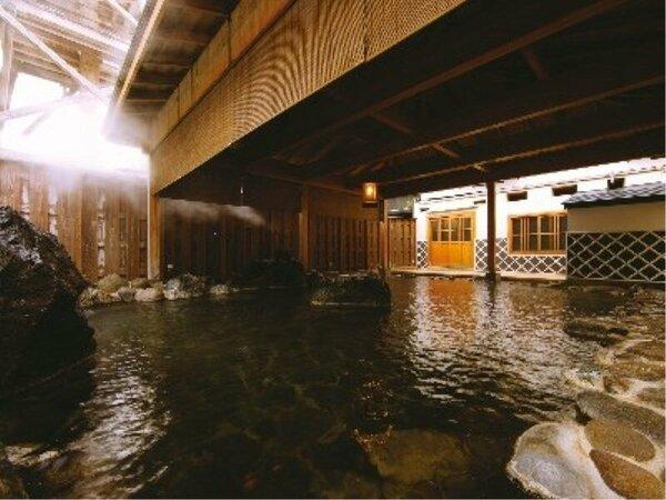 大岩露天「吹風」、噴湯公園の源泉櫓が真横にそびえ立ち、大量の湯けむりと、吹き出す音が聞こえます。