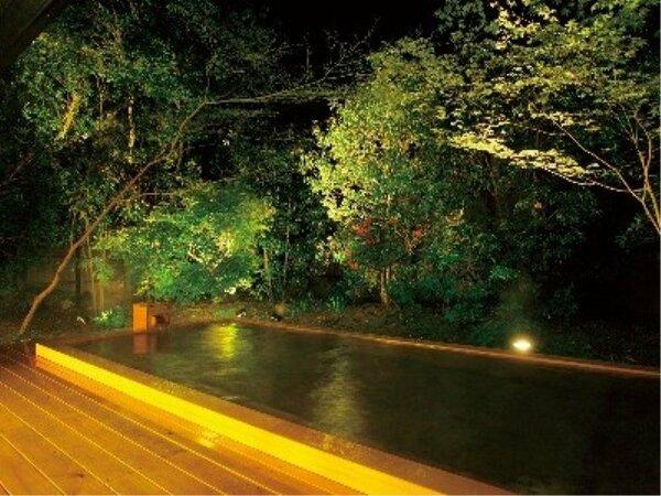 大露天風呂「風花」の夜の風景。ライトアップされた樹木と風と星空を見ながら、湯浴みいただけます。
