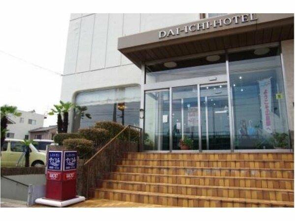 ホテル正面口。JR尾道駅から徒歩約3分、尾道港より徒歩約2分とアクセス抜群!