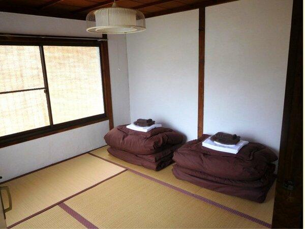 はなれ4.5畳の和室です。壁は漆喰、畳はイグサの落ち着いた部屋です。