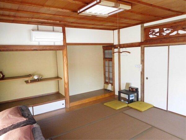 """胡桃色の畳が印象的な8畳和室です。お部屋からライトアップされた国宝""""浄土寺""""を見ることができます"""