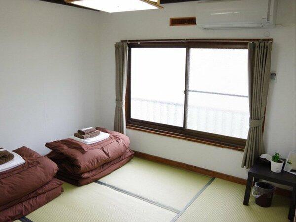 4.5畳の和室です。冷暖房完備。USB付きコンセントやミラーもあります。貸タオル、歯ブラシ付き。