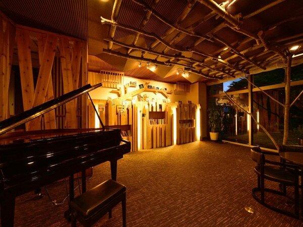 ピアノの自動演奏を聴きながらゆったりフリードリンクを楽しめるライブラリーラウンジ