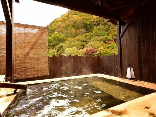 紅葉を望む露天風呂付客室の専用露天風呂