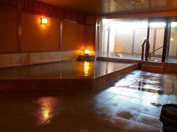 大浴場では広い露天風呂が楽しめます♪こんこんと湧く良質なお湯が注がれています。