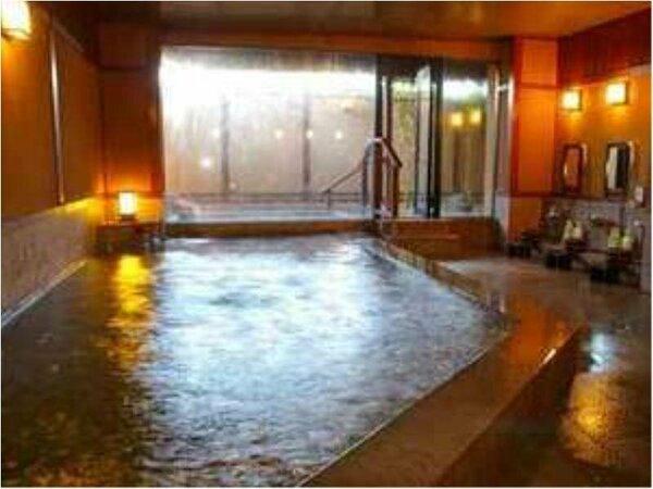男性大浴場「琵琶の湯」でほっこりリラックスタイム。旅の疲れを癒して下さいね。
