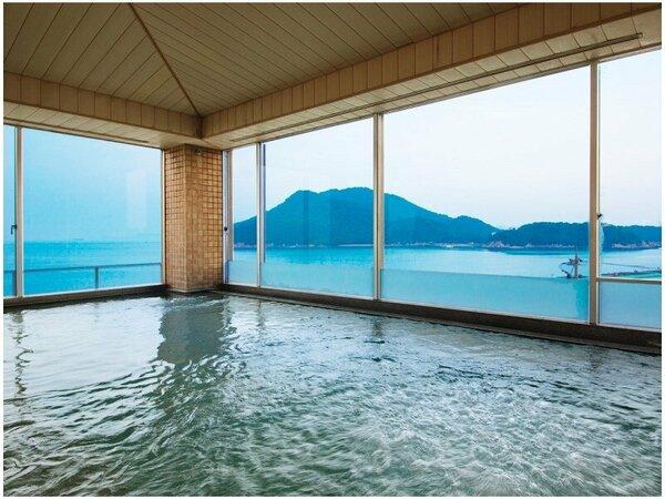 """【3階大浴場】窓一面に広がる""""瀬戸内海""""の美景にうっとり。思わず長湯してしまうほどの心地良さを。"""