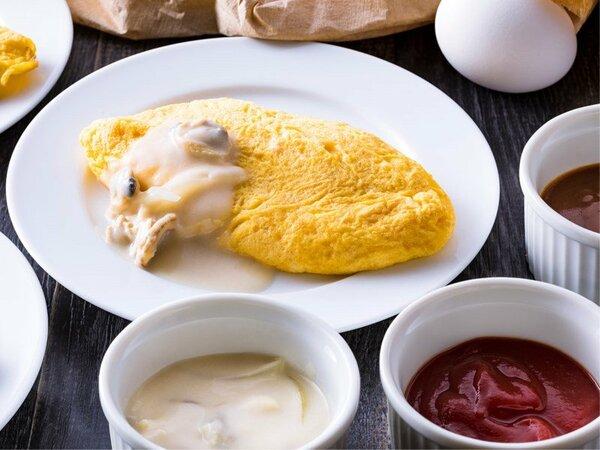 【朝食ブッフェ・一例】ロレーヌオムレツには特製クリームソースやシュープレームなどお好みのソースで。