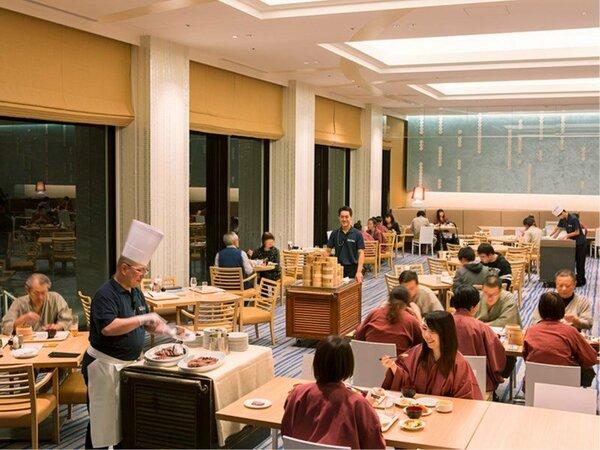 【夕食会場】広々とした明るいレストラン。お席の間隔も広いので悠々とお食事して頂けます。