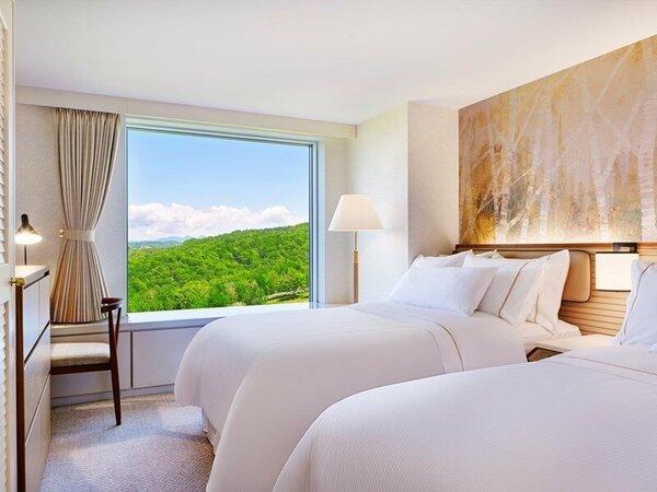 ■全室メゾネット:客室例/ベッドルーム:リビングの他、テレビと空気清浄機設置のベッドルームをご用意。