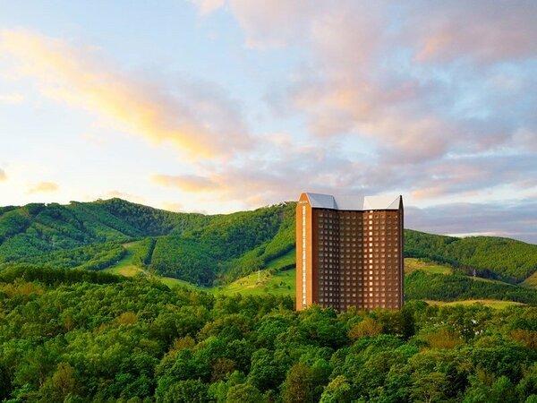 ■外観:夕暮れ時、支笏洞爺国立公園の緑に囲まれた美しい風景です。