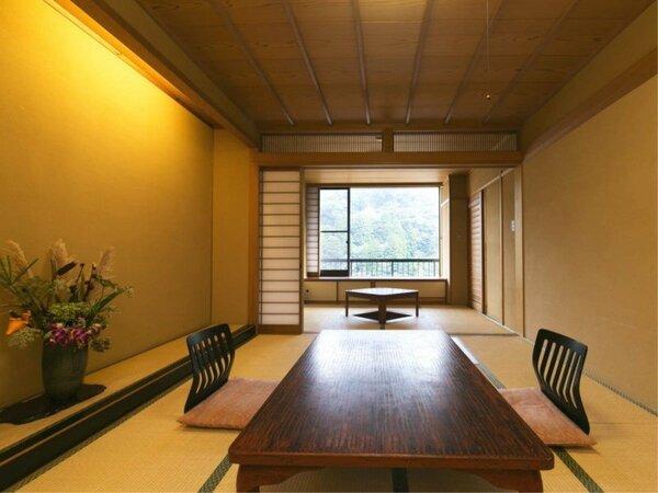 【和室10畳】床の間には四季を感じる生花でおもてなし。