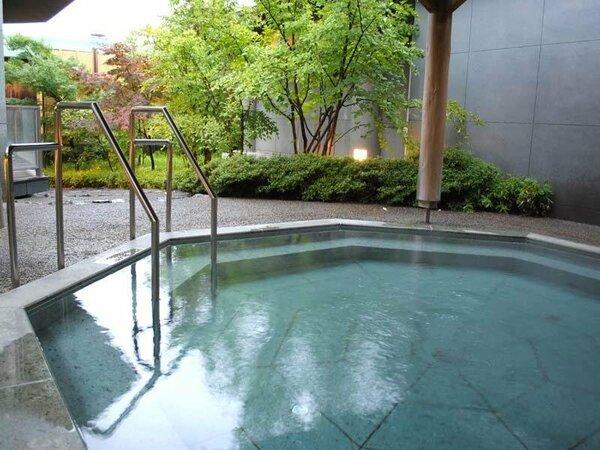解放感たっぷりの露天風呂で湯~ったりお寛ぎください。