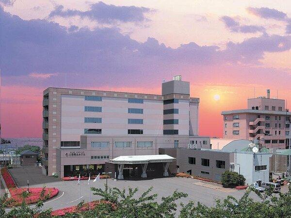 夕陽が映える、丘の上のホテル。ご好評の新鮮な海の幸と自慢の和畳の湯をぜひご自身で!