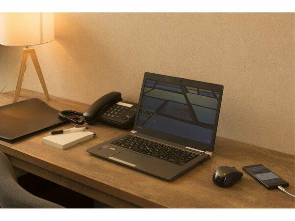 【机】仕事がはかどる広さ、スタンドライト、USBコネクター付きのコンセントをご用意。