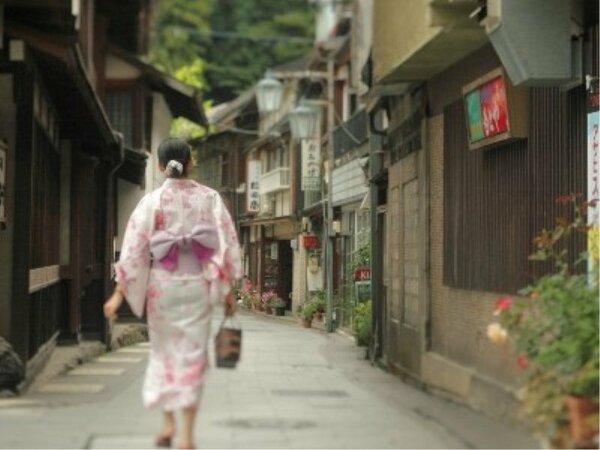 渋温泉の街並みは昔ながらの趣を今もなお受け継がれております。9つの外湯めぐりも楽しめます。