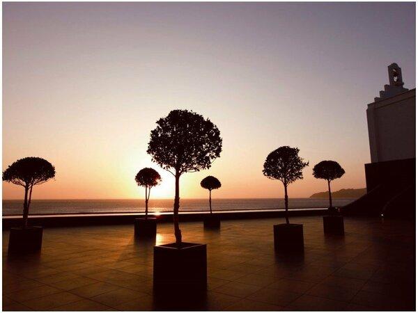 【中庭】天気の良い日には、水平線に沈む夕日をご覧いただけます