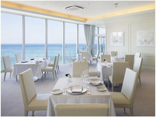 【レストラン「ロルキ・デ・ブランシュ」】白を基調とした明るい雰囲気