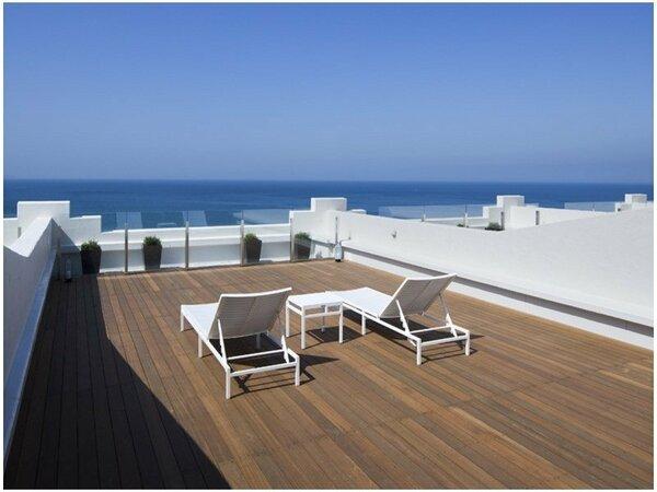 【お部屋のテラス】目の前に広がる海を眺めながらゆったりと休日をお過ごしください