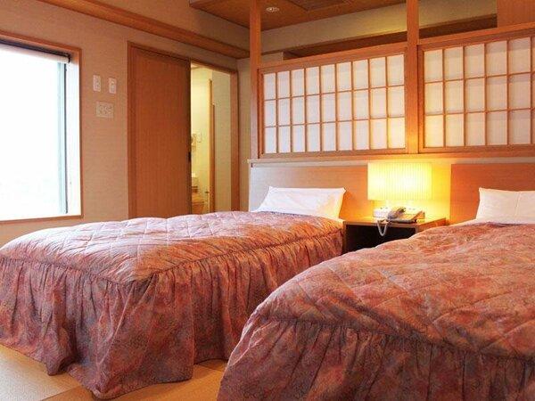 琉球畳の和室にツインのベットをご用意。ご夕食は個室会食場でご用意します(お部屋食はできません)