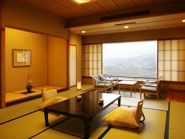 『和室スタンダード』こちらは四季折々の越後の自然を堪能できる里山ビューの12.5畳のお部屋です。